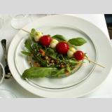 Kochen und so weiter..... /Basilikumöl an Tomate-Mozzarella-Spieß auf Ruccola