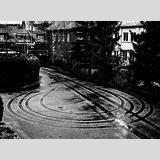 Automobil /Eine Runde im Hof