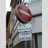 Geschriebenes und Gemaltes /Straßenschild in 2 Sprachen