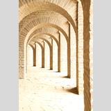 Steinig /Ein lichtdurchfluteter Säulengang
