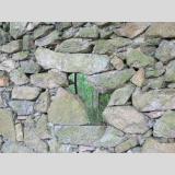 Steinig /Durchblick an der Mauer
