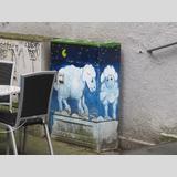Graffiti /Ein weisses Schaf in der Nacht