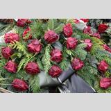 In stiller Trauer /tränennasse rote Rosen