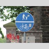 Geschriebenes und Gemaltes /Polnisches Schild für Fußgänger und Radfahrer