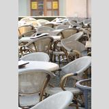 Für die Gäste /noch sind die Stühle leer