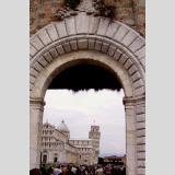 Die Kunst am Bau. /Blick durch das Tor zum Piazza dei Miracoli Pisa